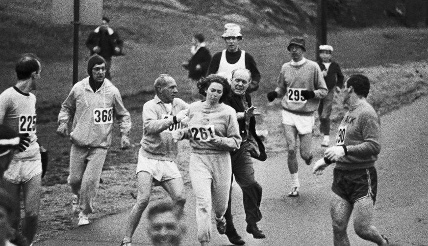 Photo de Kathrine Switzer au marathon de Boston en 1967 agressée parle directeur et défendu par un autre coureur